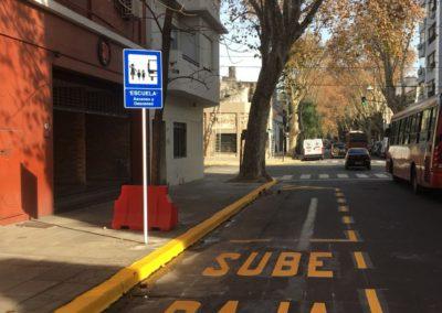 Estacionamiento de escuelas con palabras sube y baja